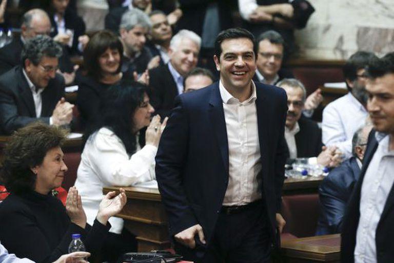 Tsipras, aplaudido por seus correligionários no Parlamento grego.