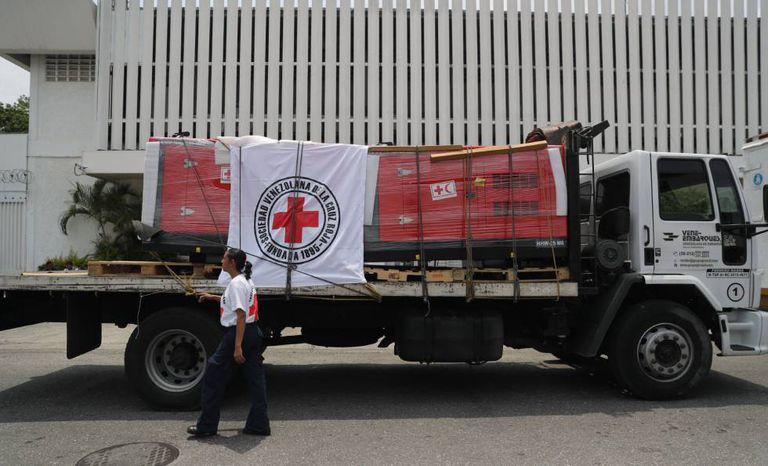 O primeiro carregamento de ajuda da Cruz Vermelha, que inclui geradores elétricos para hospitais, chega a Caracas na terça-feira.
