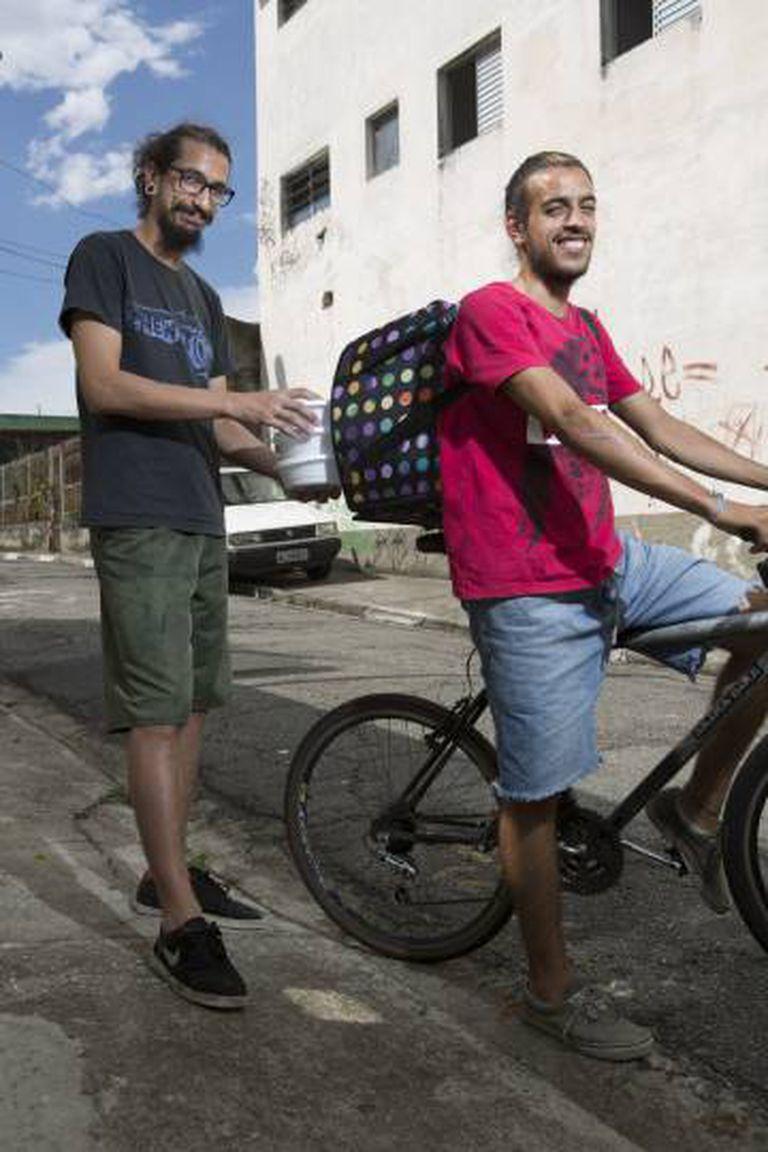 Os irmãos Ulisses (à esq) e Renato Duarte fazem as entregas do Cozinha Libertária.