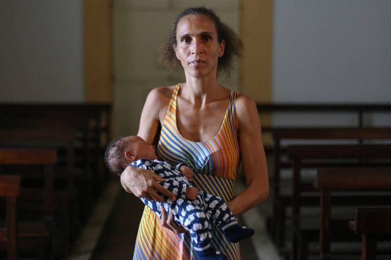 Iriana leva Gabriel com pouco mais de 1 mês para ser abençoado na igreja Nossa Senhora da Glória a um quilômetro da rua que ela dormia
