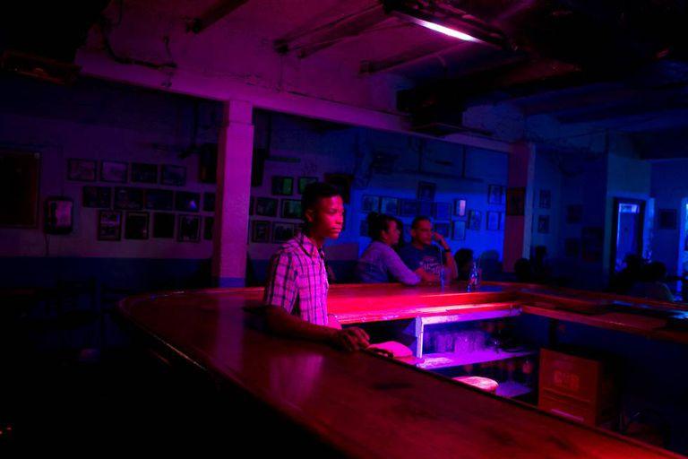 Garçom em um clube noturno de Caracas.