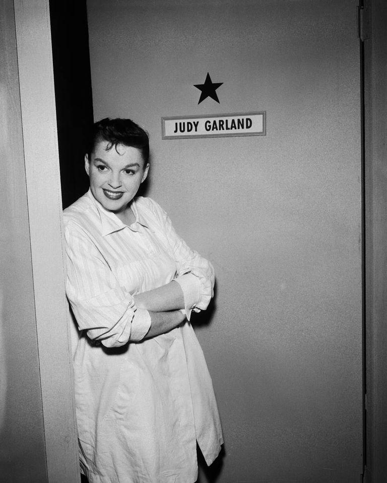 Judy Garland em seu camarim durante a rodagem de 'The Judy Garland Special' da série de televisão 'Ford Star Jubilee', em Nova York, em 1955.