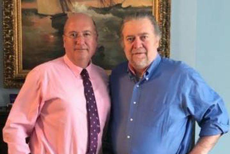 Rafael Bardají (esquerda) e Steve Bannon em Washington, em abril passado.