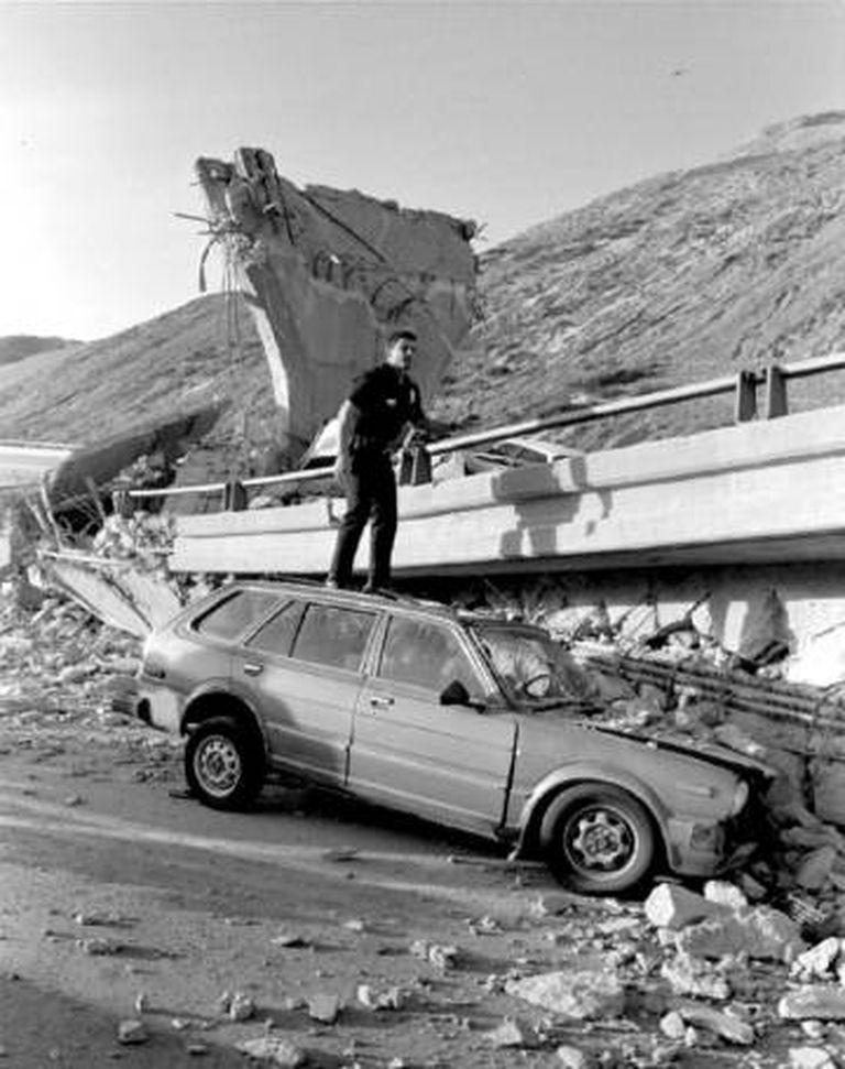Um carro esmagado por uma estrada derrubada no terremoto de Northridge, Los Angeles, em 17 de janeiro de 1994.