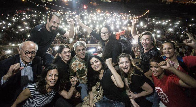 Caetano Veloso e outros artistas no palco da Ocupação de São Bernardo.