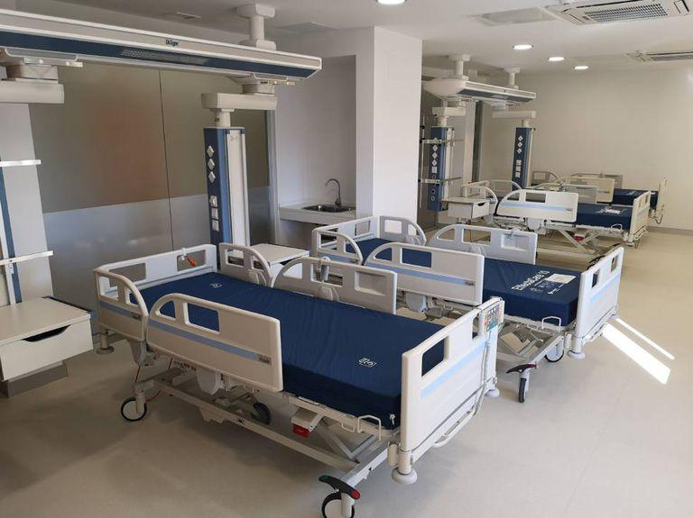 Interior de uma sala de um hospital.