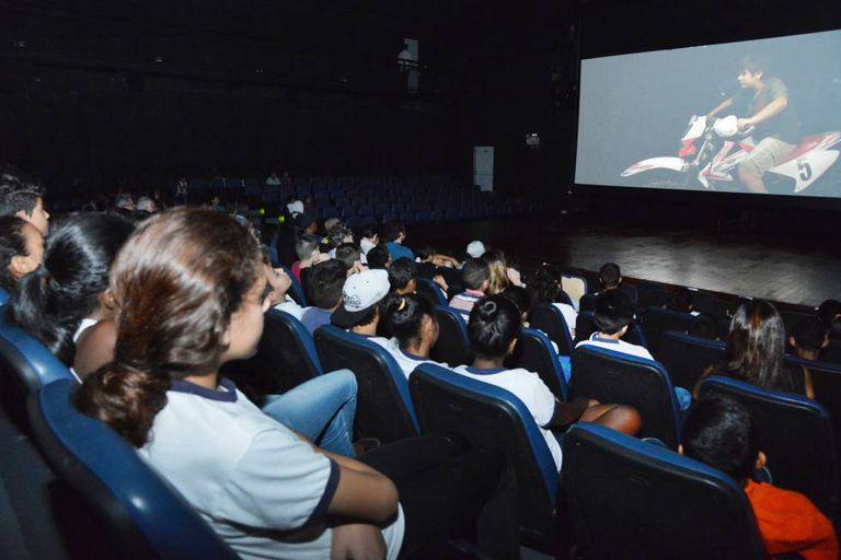 Crianças assistem ao filme 'O escaravelho do diabo' na abertura do CEU Jaçanã, em abril.