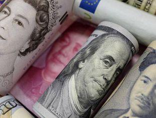 Notas de dólares, libras esterlinas, ienes e yuans.