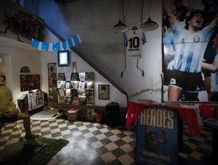 LA CASA DE D10S (ARGENTINA) - A casa onde Diego Maradona e sua família viveram entre 1978 e 1980, em Buenos Aires, foi um presente do Argentino Juniors depois de o craque completar 18 anos e assinar o primeiro contrato profissional pela equipe. Em outubro do ano passado, o ex-dirigente do clube, Alberto Perez, transformou a propriedade em um museu com cerca de 2.000 peças sobre o ex-camisa 10 da seleção argentina. O lugar fica a 600 metros do estádio do Juniors, que leva o nome de Diego Armando Maradona. Como a casa ainda está sendo reestruturada, as visitas, gratuitas, precisam ser agendadas pela página do museu no Facebook (@LaCasadeD10sOficial). Onde: Rua Lascano 2257, La Paternal, Buenos Aires. Horário de visitação: por agendamento.