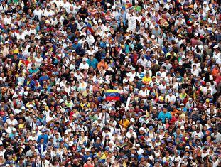 Opositores do Governo de Maduro tomam as ruas de Caracas.