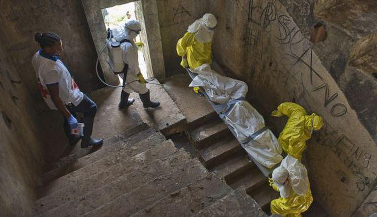 Membros da Cruz vermelha carregam cadáver na Libéria.
