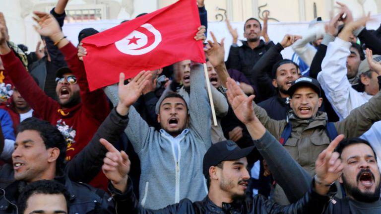 Milhares de tunisianos comemoram o sétimo aniversário da revolução que acabou com o regime de Zin el Abidin Ben Ali