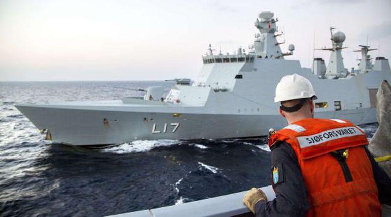 """No mar Mediterrâneo, um barco dinamarquês treina com a fragata norueguesa """"Helge Ingstad"""" para escoltar o arsenal químico sírio."""