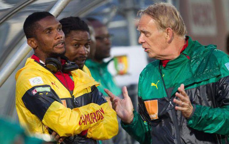 Eto'o e o técnico da seleção do Camarões, Volker Finke.