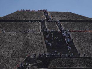 Turistas em Teotihuacán, durante o equinócio da primavera.
