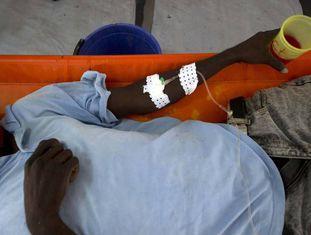 Um paciente de cólera em um hospital de Porto Príncipe
