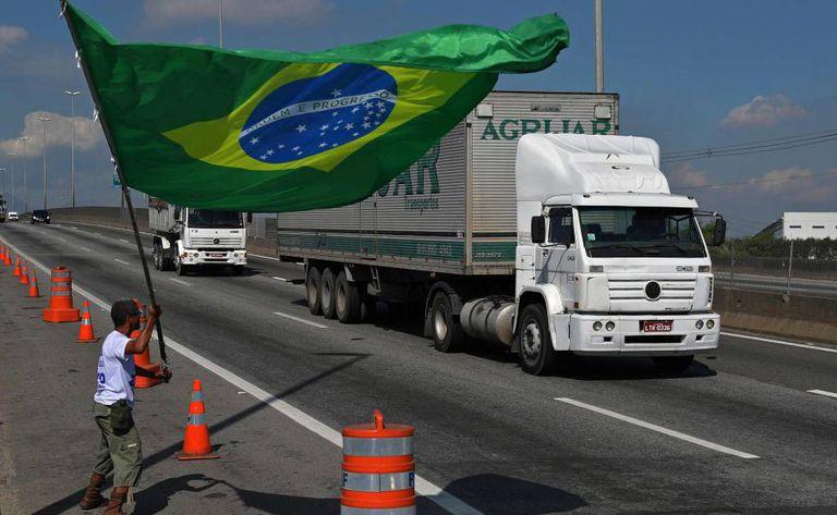 Manifestante em frente a uma refinaria no Rio de Janeiro.