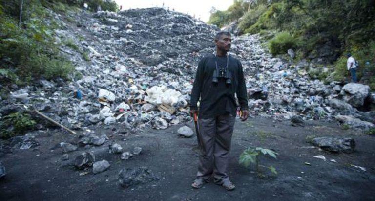 Pai de uma das vítimas, no lixão onde estudantes foram mortos.