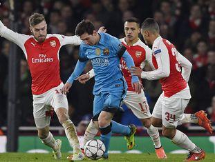 Messi, marcado por três jogadores do Arsenal.
