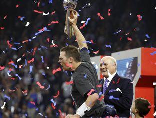 Tom Brady ergue o troféu na madrugada desta segunda-feira.