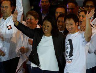 Keiko Fujimori e seu irmão Kenji durante um comício em 2 de junho.