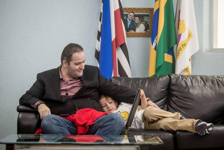 O pastor evangélico Marcos Galdino com seu filho Levy em São Paulo.