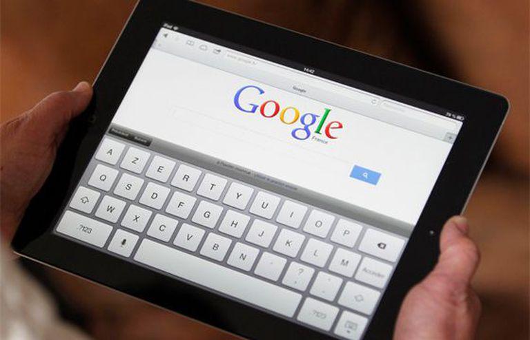 Um tablet com o Google na página de início.
