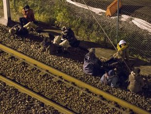 Grupo de migrantes perto do túnel de Calais, nesta quarta.