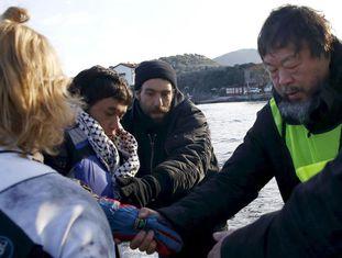 Ai Weiwei ajuda refugiados na ilha de Lesbos esta semana.