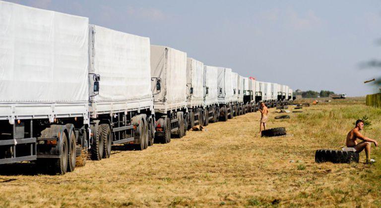 Caminhões do comboio perto da fronteira ucraniana.