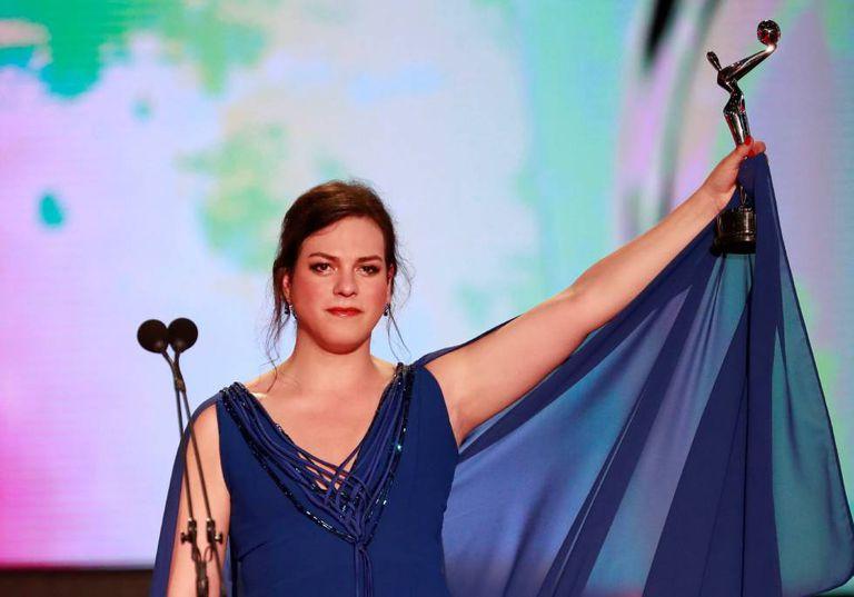 A atriz chilena Daniela Vega recebe o prêmio de melhor atriz.