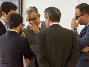 Advogados de executivos investigados pela Operação na Lava Jato conversam na sede da Polícia Federal em Curitiba, em novembro.