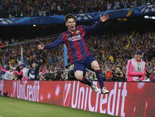 Messi pula para celebrar um de seus dois gols.