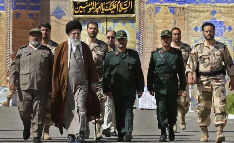 O líder supremo iraniano, o aiatolá Ali Khamenei, com vários comandantes militares, em uma cerimônia de formatura em Teerã.