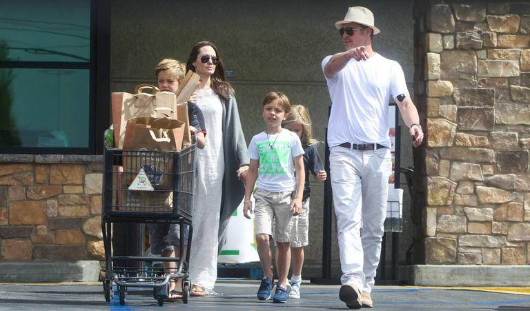 Uma das últimas imagens de Angelina Jolie e Brad Pitt juntos, com três dos seus filhos.