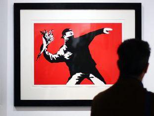'Guerra, Capitalismo e Liberdade' reúne 150 obras na maior exposição do artista de rua já realizada em museu ou galeria e reacende o debate sobre a mercantilização de suas obras