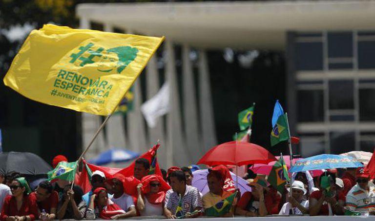 Militantes aguardam Dilma na Esplanada dos Ministérios.