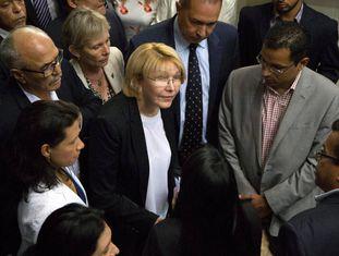 Luisa Ortega chega na segunda-feira à Assembleia Nacional em Caracas.