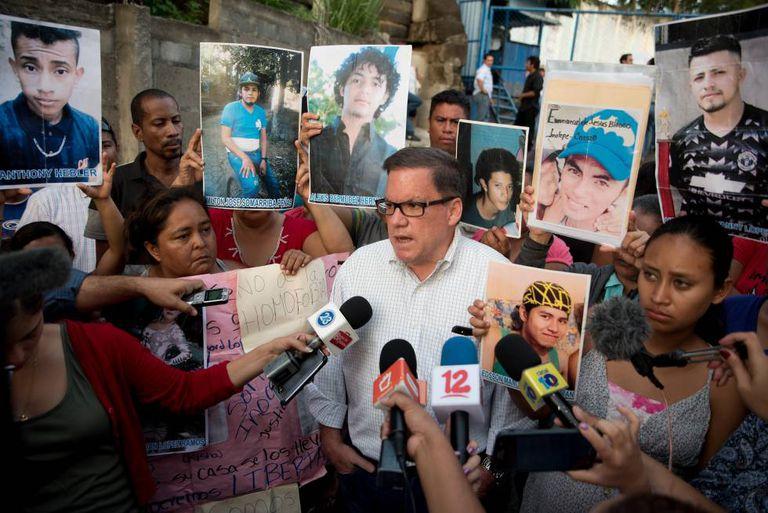 O presidente do Conselho Superior da Empresa Privada na frente da Diretoria de Auxílio Judicial em Manágua.