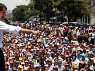 Guaidó discursa durante protesto em Caracas nesta quarta-feira