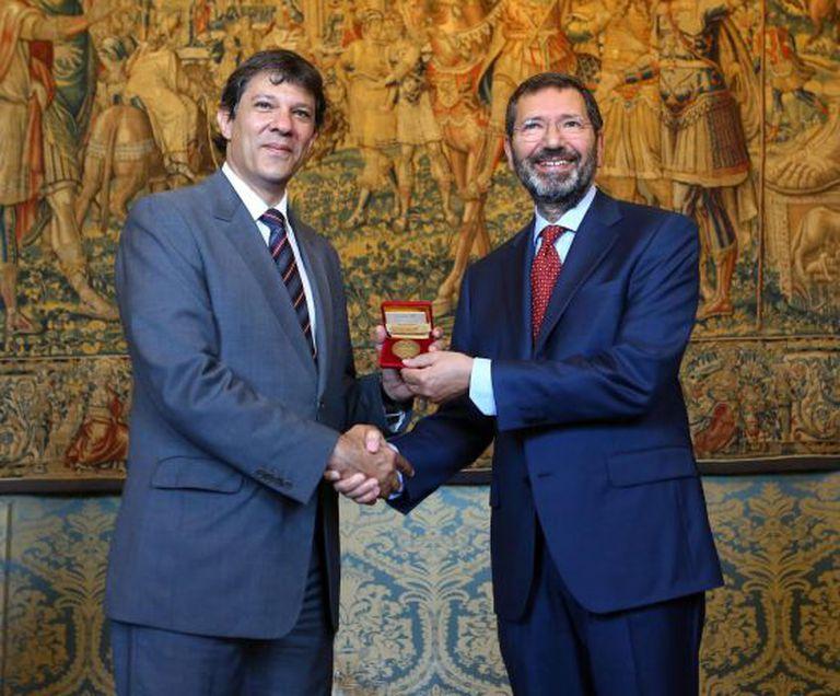 Haddad, prefeito de São Paulo, recebe medalha do seu homólogo de Roma, durante o evento no Vaticano.