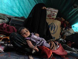 Ahlan Nasser e sua filha, no acampamento de Darawan.