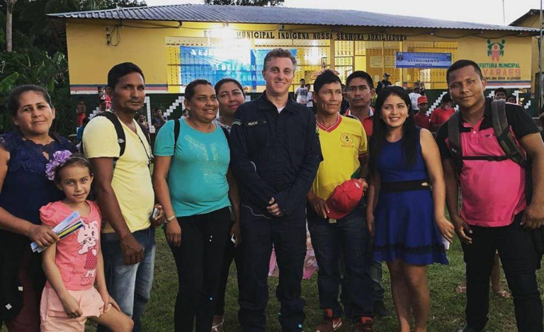 Huck e professores de uma escola no Amazonas.