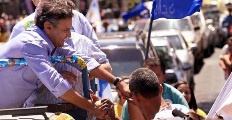 Aécio faz carreata em Minas um dia antes da votação.