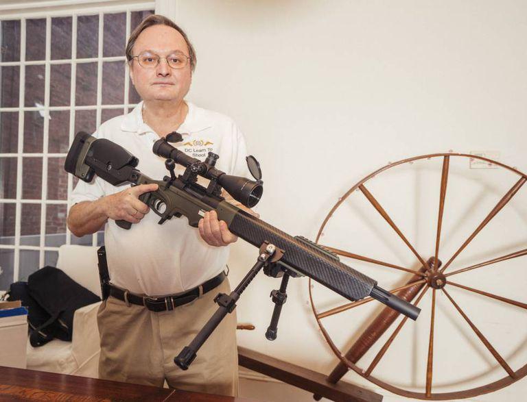George L. Lyon, instrutor e advogado favorável ao direito ao porte de armas, em sua casa de Washington, D.C.