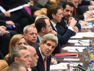 Secretário de Estado dos EUA, John Kerry, em reunião na sede da OTAN.