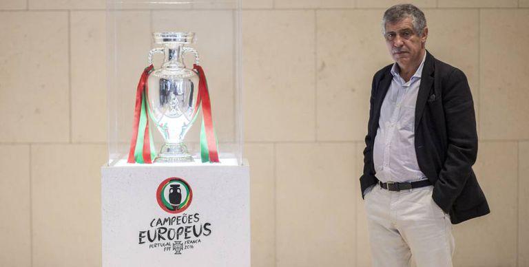 O treinador de futebol de Portugal, Fernando Santos.
