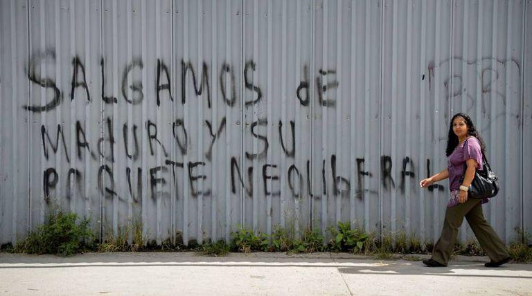 Pixação com os dizeres 'Fora Maduro e seu pacote neoliberal' em uma rua de Caracas, em 13 de setembro.