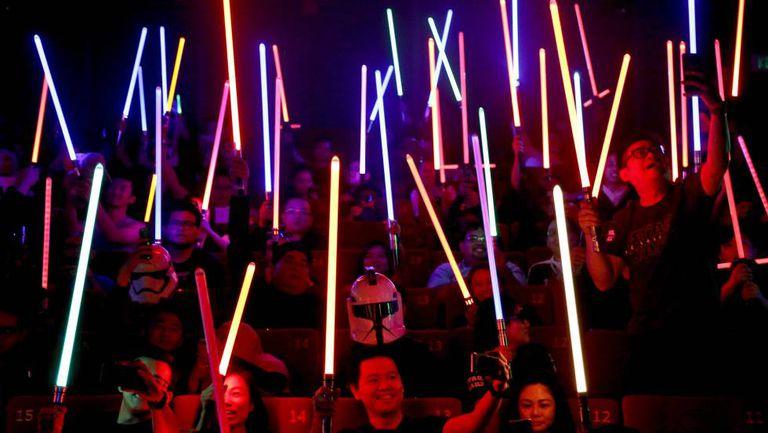 Espectadores de 'Os últimos jedi' em Subang Jaya, na Malásia, levantam seus sabres de luz na sexta-feira 15 de dezembro.