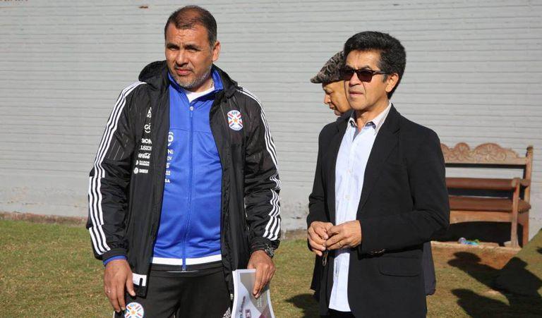 José Alzir, à direita, em encontro com dirigente da Federação Paraguaia de Futebol.